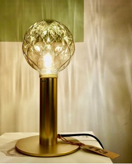 Lámpara sobremesa metálica acabado oro mate